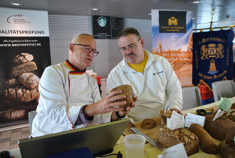 Rostocker Innungsbäcker prüfen Brote auf hoher See