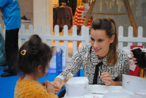 TV-Moderatorin Christa Rann gibt erste Backtipps an den Nachwuchs.