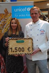 Freude bei der Übergabe des gebackenen Schecks: Hamburgs UNICEF-Vorsitzende Michaela Engen-Albrecht und der Vorsitzende der BI Hamburg, Jan-Henning Körner.