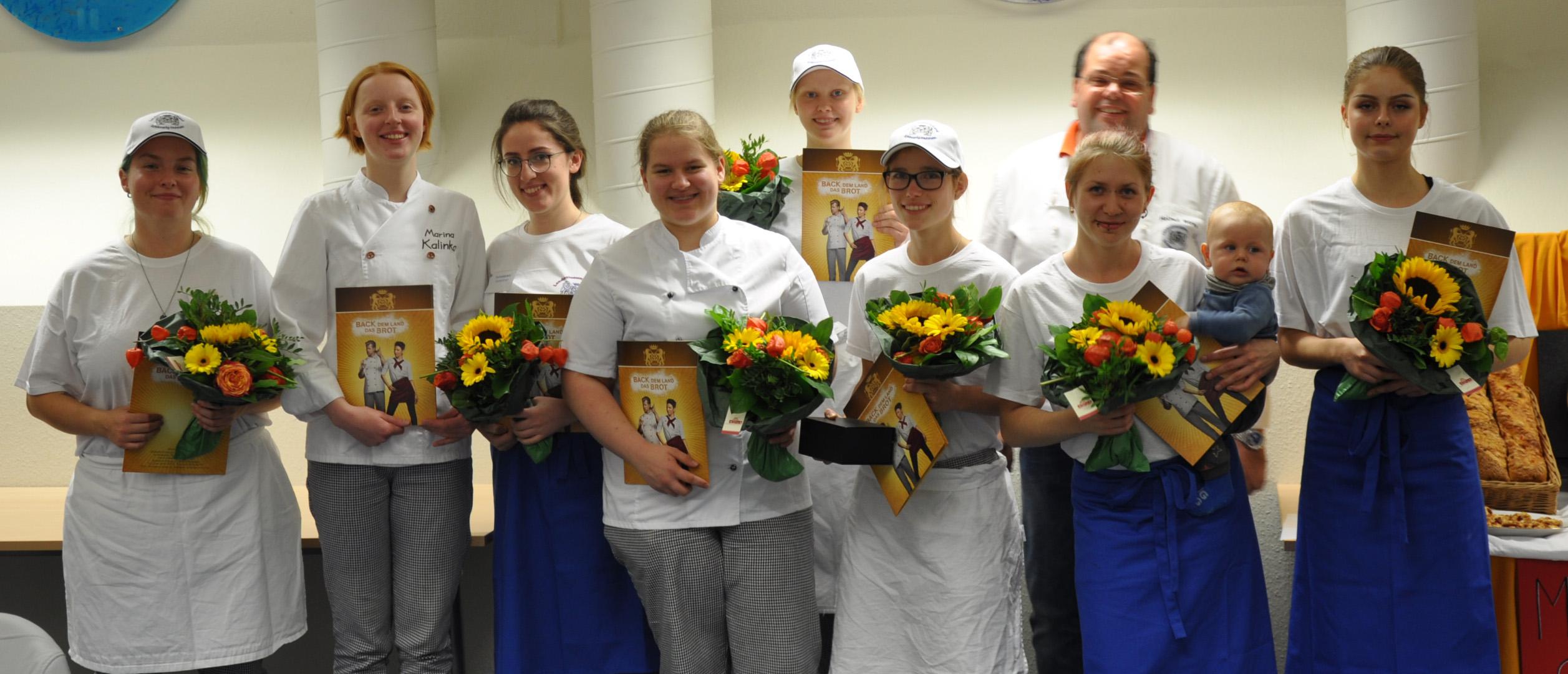 Die Teilnehmerinnen: von links: Ann-Katrin Burr, Marina Kalinka, Gezime Ismajli, Lisa Petersen, Vanessa Stengel (hinten), Vanessa Ralfs, Rahel Ba-jerowitz, Nathalie Rehbein und Landeslehrlingswart Helmut Börke.